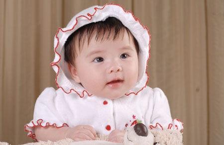 从照片上看,小姑娘粉嘟嘟的,非常的可爱,皮肤比妈妈要白,眼睛和妈妈最