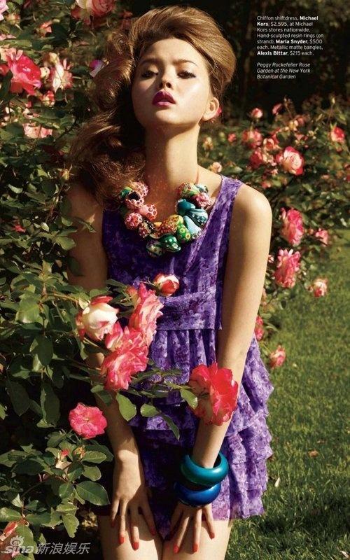 名模戴文·青木性感写真 花簇丛中展现白嫩长腿