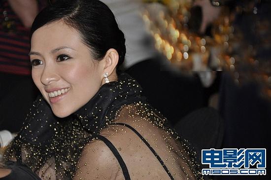 章子怡外国电影_章子怡抵韩国看秀受追捧 与外籍高层亲密交谈