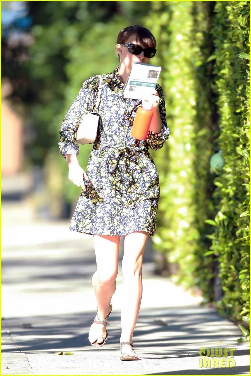 娜塔莉·波特曼碎花裙出街 将任金球奖颁奖嘉宾
