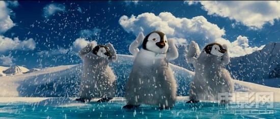 """2月唯一的动画大片《快乐的大脚2》已于2月21日以2D、3D、IMAX制式登陆大陆各大院线,电影自上映来以""""华丽的音乐、震撼的舞蹈及可爱卖萌的小企鹅""""获得多方的好评,片中讲述的父子情也引起了观众的共鸣,日前该片曝出一组电影片花,将片中""""Q版大河之舞""""、""""布拉德·皮特献唱""""、""""小埃瑞克学跳舞""""等精彩片段一一呈现。"""