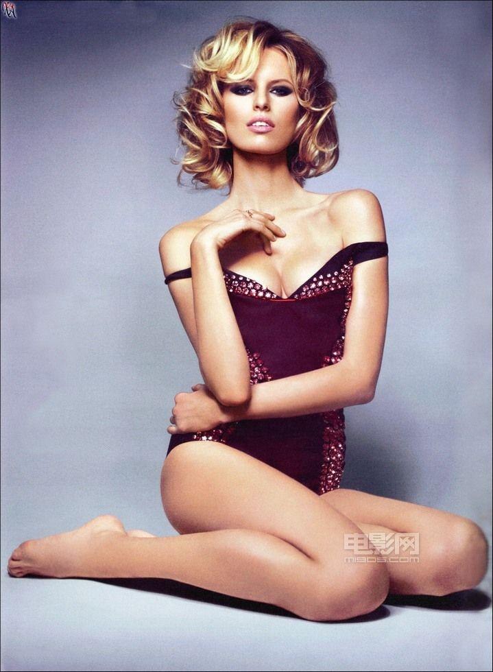 卡罗莱娜·科库娃拍性感写真 吐舌魅惑大秀酥胸