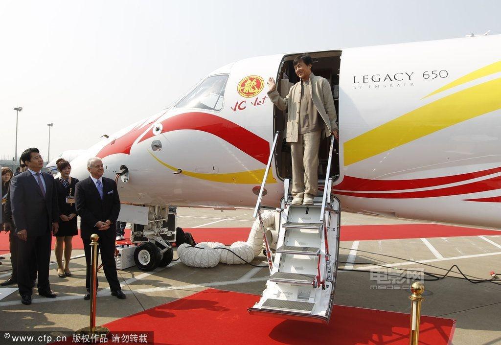 脱鞋            备受关注的成龙私人飞机均已抵达