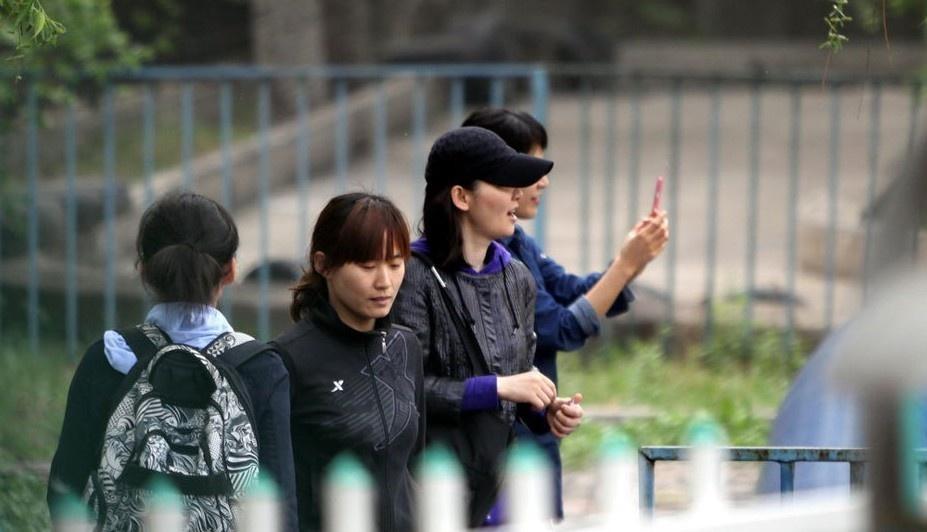 徐帆携家人外出游玩 穿黑外套压低帽子打扮低调