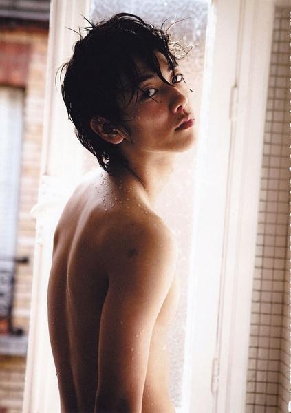 裸でこちらを振り向く佐藤健