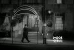 影片中间部分,抽着雪茄,和Robert Montgomery擦肩而过。