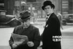 电影开始没有多久,Joel McCrea走出宾馆之后,希区柯克出现在荧幕上,他正在看报纸。这时候的希区柯克还很年轻。