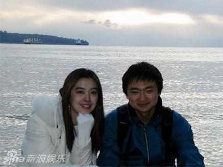 照片中王祖贤素颜出镜却依旧难掩迷人风采