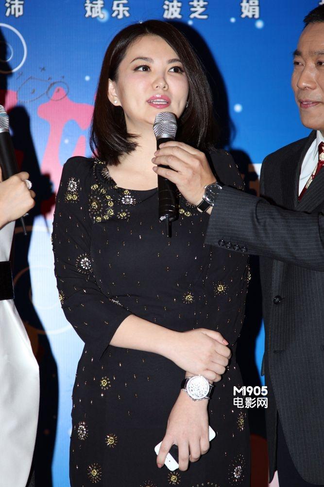 《三个未婚妈妈》举行首映 姚晨透视走光露胸贴