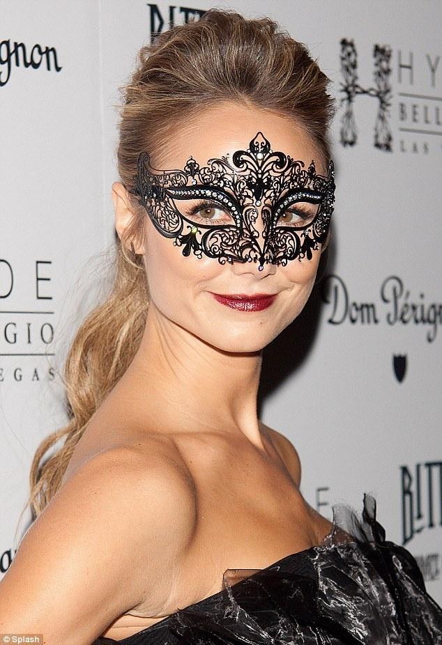 一身黑色抹胸裙亮相,戴黑色花纹眼罩更加魅惑.