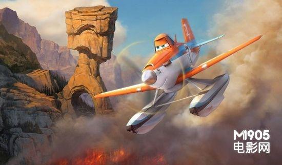 续集中,世界上最著名的竞赛飞机Dusty(仍由戴恩·库克配音)由于发动机损坏,再也不能参加飞机比赛。无奈之下,他终于在消防事业中找到了发挥才华的地方,他加入了一个志愿者消防队,共同保护历史悠久的活塞峰国家公园免遭火灾侵害。通过一次次的救援活动,Dusty学会了如何成为一个真正的英雄。