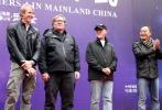 """10月30日,好莱坞大片《变形金刚4:绝迹重生》从香港转战内地,在四川的世界自然遗产地武隆县正式开拍。导演迈克尔·贝、制片人伊恩·布莱斯洛、洛伦佐·迪·博纳文图拉,以及两位""""《变4》中国演员招募""""冠军选手""""性感女神""""赵茜、""""动作型男""""李俊霆亮相开机仪式,作为影片的中"""