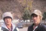 11月2日,好莱坞大片《变形金刚4:绝迹重生》剧组转场北京,第一天就来到雄伟的慕田峪长城取景。令人惊喜的是,当天拍摄结束后,在片中出演的中国人气明星韩庚突然现身片场探班,一身韩式的运动装扮配上黑框眼镜,让人很难第一眼就认出来。