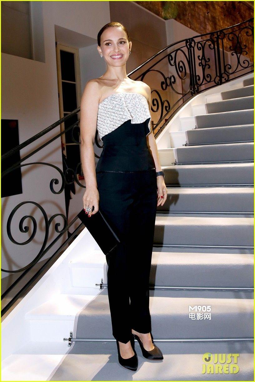 """电影网讯 11月12日在法国巴黎,奥斯卡影后娜塔莉·波特曼与丈夫本杰明·米派德亮相在""""迪奥小姐""""的品牌发布会上,娜塔莉·波特曼身穿抹胸西装干练出场秀香肩,没有过多珠宝修饰的她大方清纯,露出迷人微笑,全程手挽丈夫米派德大秀恩爱。 2009年,娜塔莉·波特曼在拍摄电影《黑天鹅》时结识了影片的舞师本杰明·米派德,两人日久生情于2010年12月订婚,当娜塔莉凭借《黑天鹅》获得""""奥斯卡最佳女主角""""的"""