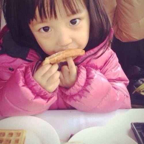 赵薇与老公甜蜜合影 女儿小四月用餐照萌翻众人