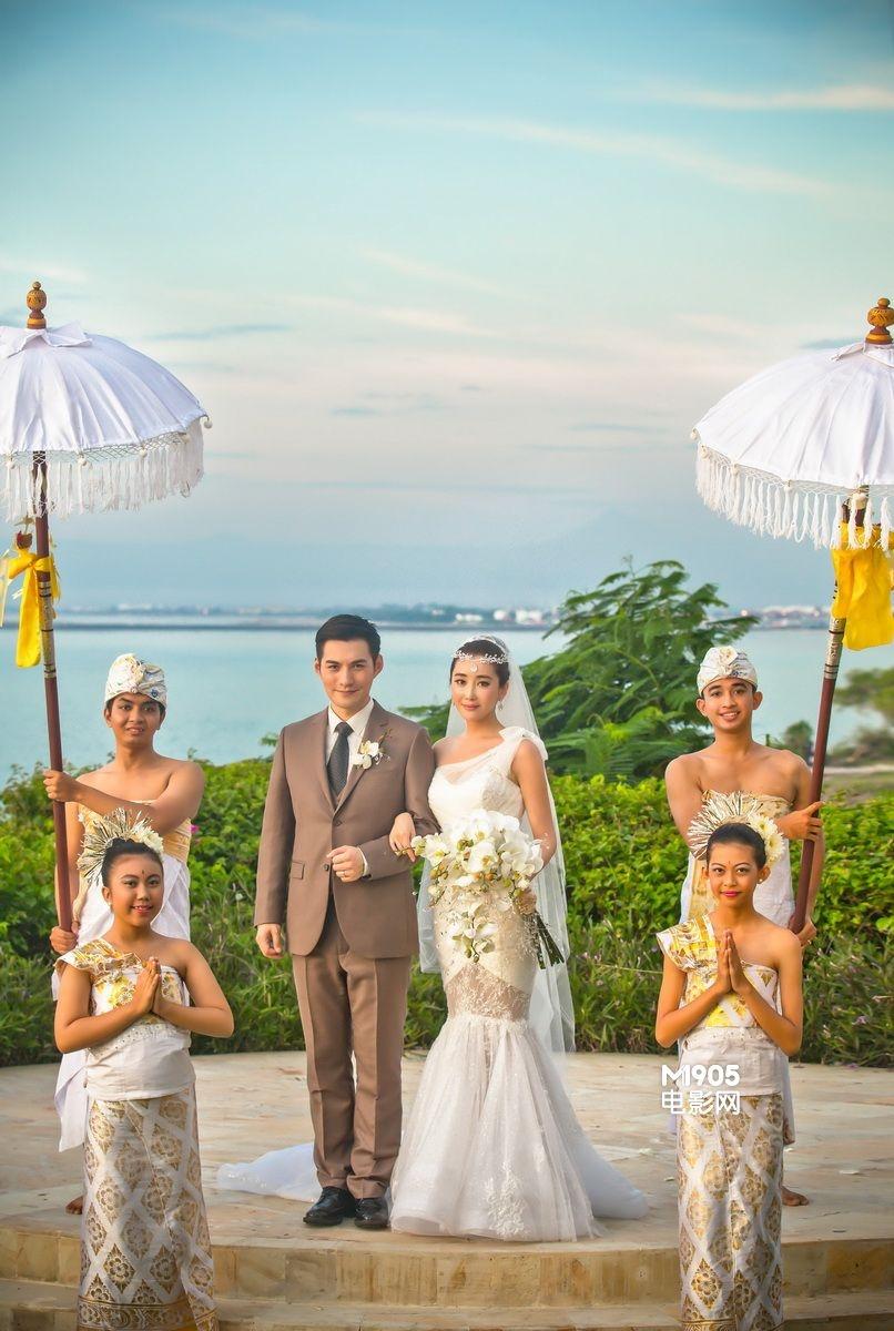 在巴厘岛一天中最美的时刻,身着纯白梦幻婚纱的杜若溪,在印尼伞童的