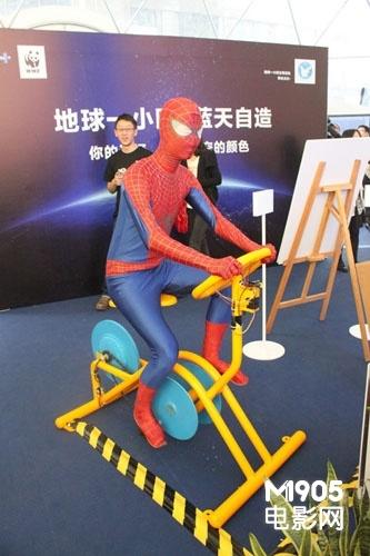 """值得一提的是,活动现场出现了一只身穿战衣的""""蜘蛛侠""""频频和人群互动"""
