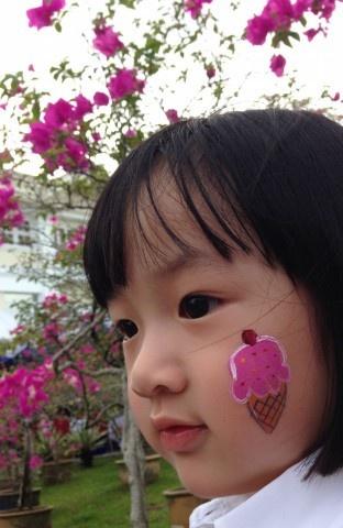 吴尊公开三岁女儿多张正面照 帅爸萌娃似亲兄妹