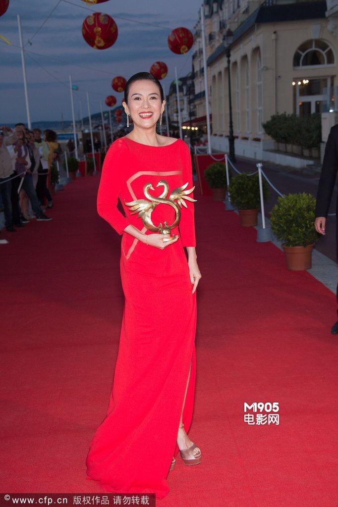 章子怡红裙亮相法国领奖 与苏菲·玛索狂笑走红毯