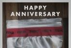 大卫·芬奇的新片《消失的爱人》日前放出了两张海报和一张剧照。这些电影资料的主要人物都是本·阿弗莱克。两张海报采用的还是电视截屏的设计理念,海报的下方还有类似于新闻跑马灯字幕的元素。在这两张海报上本·阿弗莱克所扮演的丈夫一个人孤单单地站在河岸边,似乎在寻找什么。