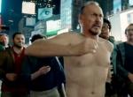 《鸟人》中文预告片 老迈基顿时代广场狼狈裸奔