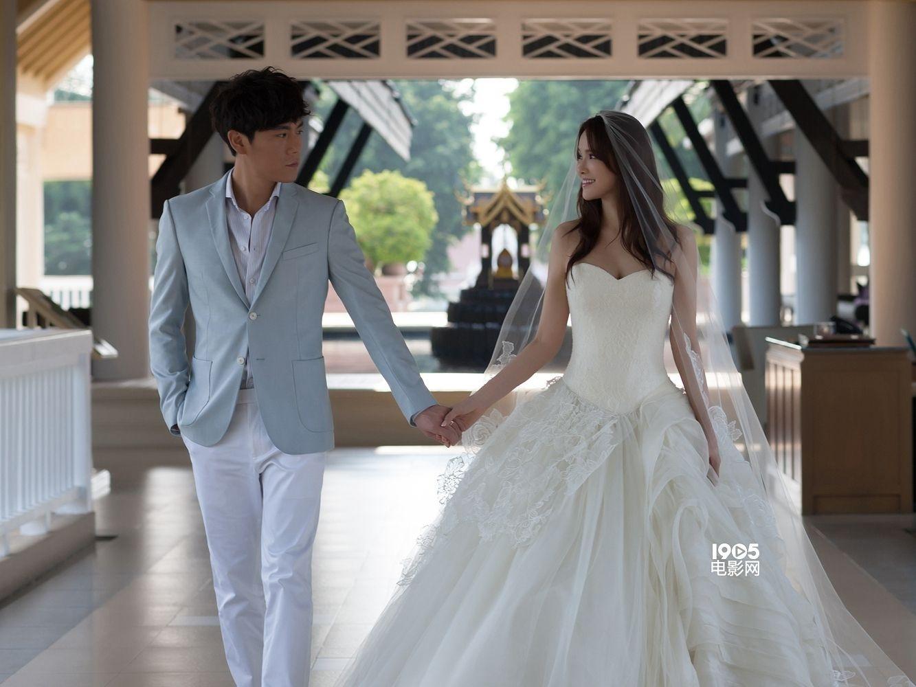 近日,秦昊在泰国普吉岛迎娶伊能静,并在海边拍摄完成婚礼画册