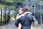 《终结者:创世纪》即将上映,而剧组的宣传工作尚未停止。日前,该片公布了一张新的海报,在海报上,阿诺·施瓦辛格所扮演的终结者T-800和艾米莉亚·克拉克扮演的莎拉·康纳携手亮相。两人英姿飒爽,看上去像是刚刚打了胜仗。而莎拉·康纳的手中还拿着一个终结者的头颅。海报上还有一行宣传语:新任务,新命运。看起来,《终结者:创世纪》并不是一部全然的续集,而是会重启一条故事线了。