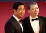 冯小刚、张国立亮相红毯 老搭档默契十足微笑致意