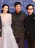 郭晓冬携新片剧组亮相红毯 条纹西服笔挺面露微笑