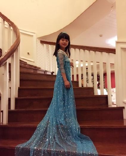 田亮女儿森蝶穿蓝色拖地裙似elsa 被赞新晋女神图片