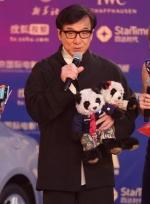 成龙闪亮登场 携大熊猫吉祥物挥手致意亲切慈祥