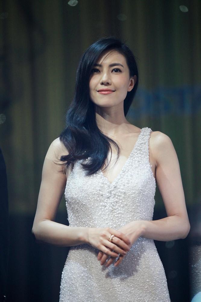 高圆圆出席活动 穿白色曳地长裙展现迷人魅力
