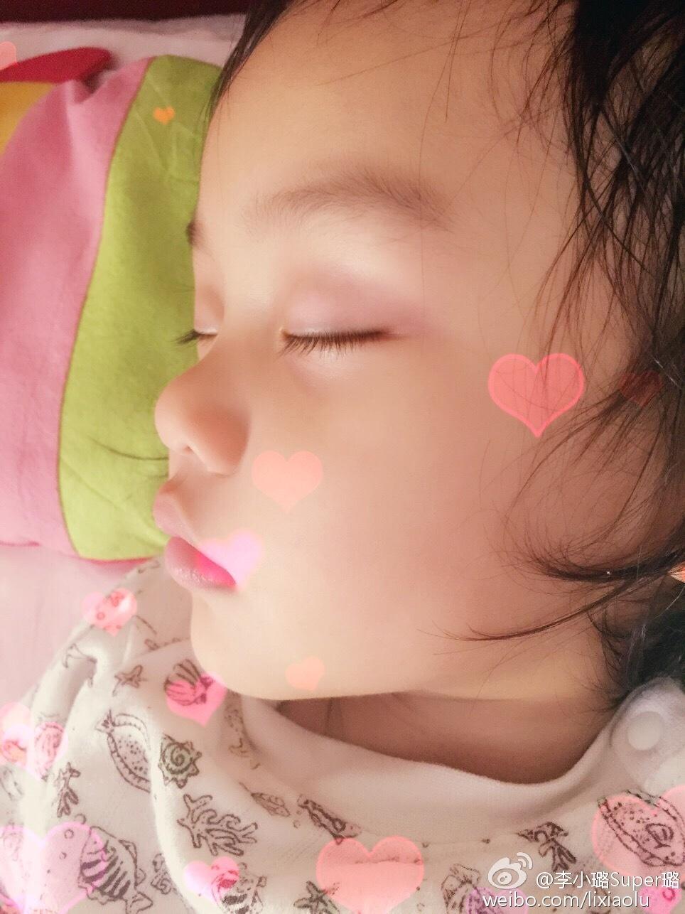 李小鹏女儿可爱六连拍 奥莉闭眼吐舌变成表情帝