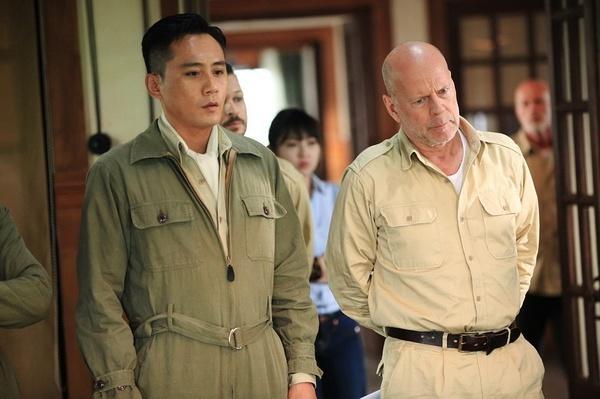 """在7月7日的媒体探班中,梅尔·吉布森坐在监视器前,与导演和制片人相谈甚欢。据主演陈伟霆透露,梅尔·吉布森一下飞机就看了演员们已经拍摄完成的部分,并且会和演员交流,提出疑问。看来他已经迅速进入艺术总监的角色。 梅尔·吉布森难得来一次中国,难道只以幕后顾问的身份参与《大轰炸》?他的回答是:""""对,这次不会参演,不必要。""""梅尔·吉布森笑言:""""已经有很多很棒的演员,如果想要一个稍微老一点的美国演员,你们已经有布鲁斯&midd"""