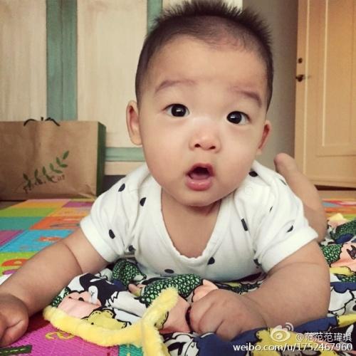 可爱宝宝低头壁纸