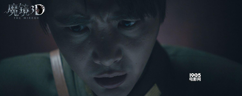 """1905电影网讯 随着中秋节脚步渐近,即将于9月25日上映,由Pakphum Wongjinda、金成浩、彭发""""三大鬼王""""首度联合的华语惊悚片《魔镜3D》,近日发布了一张""""血月新娘""""版海报,猩红色的圆月倒影下鬼影幢幢,仿佛如诅咒般的索命之约让人不寒而栗。 电影《魔镜3D》融入了不同国家的惊悚特色,包括泰式暗魔、韩式悬疑,抑或港片惊悚传统等,此次曝光的""""血月新娘""""海报中,漫天猩红的浓云密布,身着古装、飘在河面上的""""新娘&rd"""