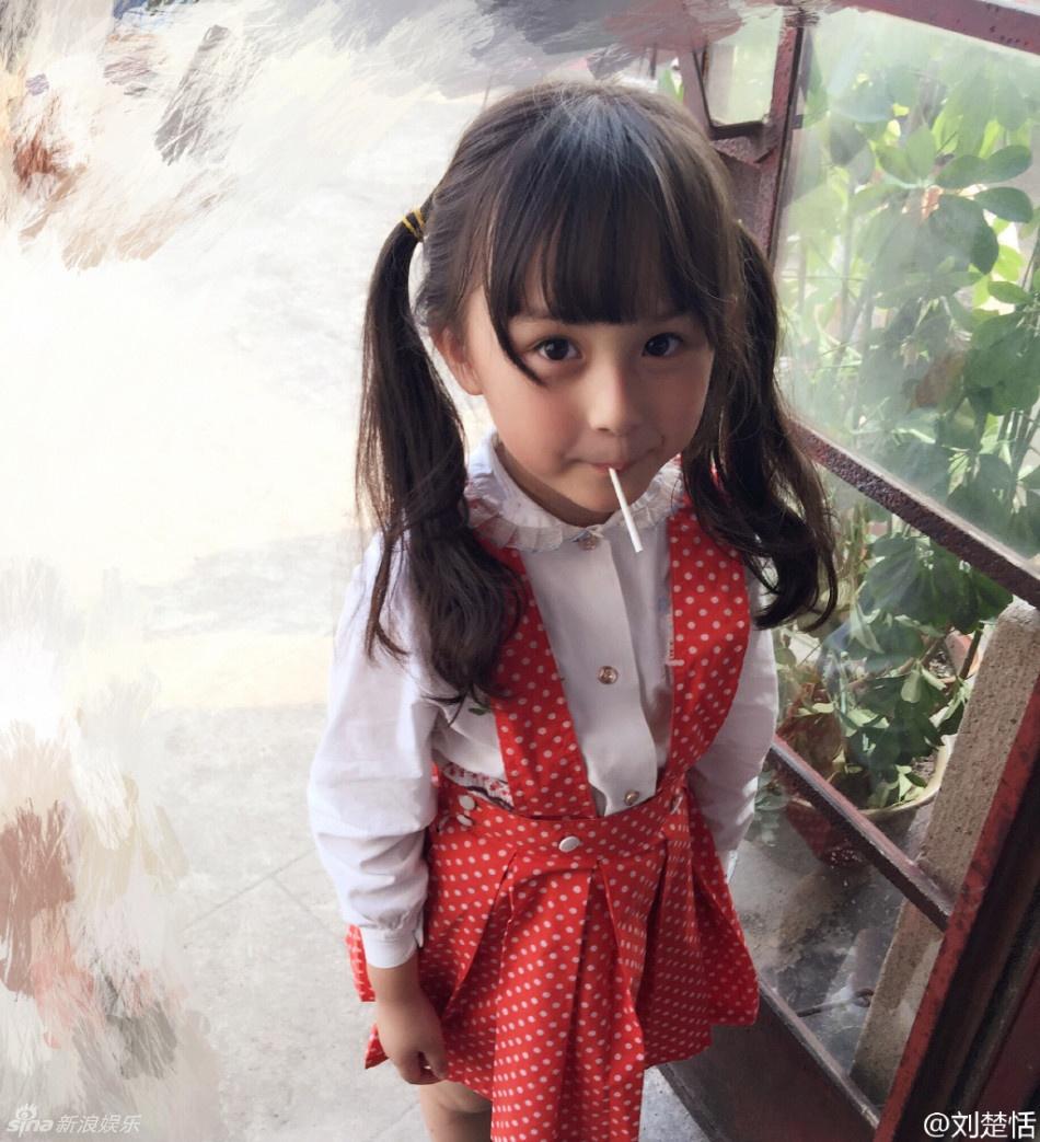 《芈月传》昨晚刚开播,就斩获了大批的粉丝,虽然孙俪、刘涛、黄轩几位大牌都还没有出来,但观众们依然从中找到了大亮点。那就是小芈月,这位小演员的名字叫刘楚恬,2009年出生,今年6岁,别看小恬恬年纪轻轻,除了已经是小芈月之外,到现在都出演过3部电影,拍过6部电视剧,接下7支广告代言了,小姑娘也算是着实爆红的小童星。 粉丝们也找出了大量小芈月的生活照,瞪着一双天真的大眼睛,肉肉的小脸,萌翻了一众网友。