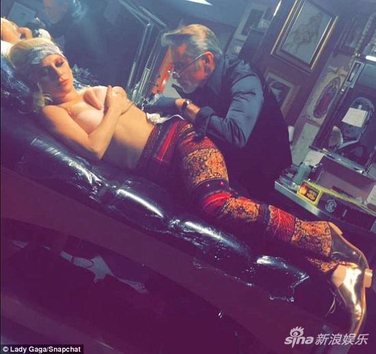 lady gaga添大卫·鲍伊纹身 将在格莱美致敬偶像