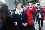 2月16日,北京电影学院表演系初试第二天,备受关注的明星考生关晓彤亮相考场,引来众多媒体的围追堵截。此外,真人秀《一年级大学季》中年纪最小的学员杠杠吕绍聪也来到北电熟悉考试环境,被不少考生认出并争相合影,人气可见一斑。