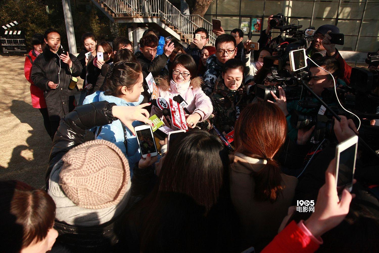 """1905电影网讯 为期4天的北京电影学院表演系复试正在火热进行当中,2月24日,备受瞩目的明星考生关晓彤亮相考场,再次引来了媒体们的长枪短炮。与初试相比,关晓彤的紧张情绪已经缓和了许多,素颜应考的她对自己的颜值表示很有自信,还笑称:""""否则就不当演员了""""。关晓彤还透露,在北电毕业的前辈当中,自己最喜欢杨幂,原因也很简单,就是""""漂亮""""。 复试当中,关晓彤准备了朗诵和舞蹈两项才艺,经过初试之后,她也已经不再那么紧张了,对自己刚刚的表现也是颇为满意。今年高考,关晓彤"""