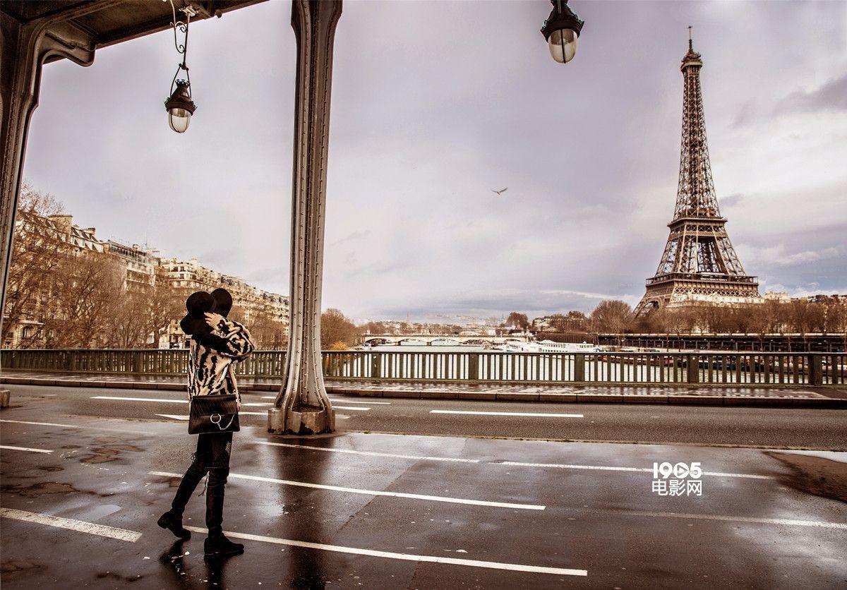 袁姗姗轻松游走埃菲尔铁塔旁的街道,花艺店,陶瓷店,自信优雅,不经意间