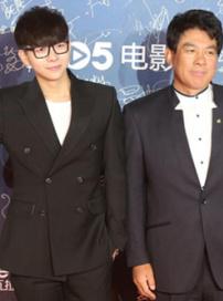 《活宝》剧组亮相红毯 朱时茂、胡夏如同父子俩