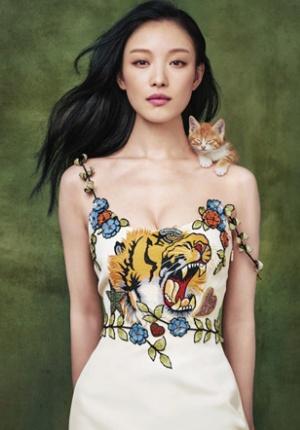 倪妮带喵星人上杂志封面 演绎胸有猛虎肩有萌猫