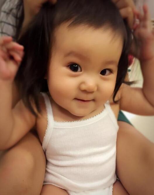 贾静雯女儿梳双马尾 可爱爆棚似小玩偶