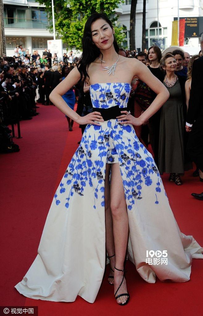 1905电影网讯 法国戛纳当地时间2016年5月18日,第69届戛纳电影节:《无名女孩》[The Unknown Girl (La Fille Inconnue)]举行首映礼。刘雯(Liu Wen)身着蓝花抹胸拖尾裙现身,大秀性感长腿。奥斯卡影后海伦·米伦(Helen Mirren )身着黑色蕾丝蓬蓬裙现身,60岁扮嫩无压力。凡妮莎·帕拉迪斯(Vanessa Paradis)裸色裙似睡衣,简单舒适。 超模卡特里内尔·马龙(Catrinel Marlon)纱制长裙似