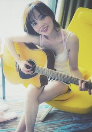 李小璐素颜上镜拍清新写真 吉他弹唱慵懒文艺风