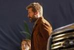 """自从《金刚狼3:殊死一战》公布片名后,休·杰克曼和导演詹姆斯·曼高德就会时不时分享一些光怪陆离的""""摄影艺术照"""",多为影片的片场照、剧照或是宣传图,而老年X教授帕特里克·斯图尔特的现身也让粉丝纷纷猜测剧情的走向。"""