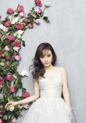 李小璐女人味十足 清新装扮玫瑰环绕显夏日清爽
