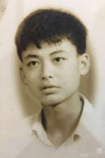 李易峰晒爸爸帅照 网友感叹:基因原来这样强大