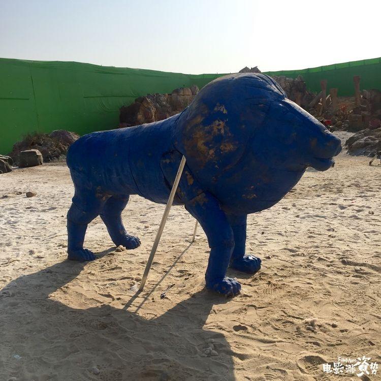 拍摄现场专门打造了一头1:1的道具狮子辅助演员表演图片